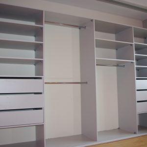 Wnętrze dużej szafy wnękowej, poza sześcioma szufladami kleinci mają do dyspozycji półki na ubrania i drażki na ubrania wiszące długie i krótke