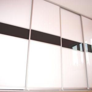 Szafa wnękowa z drzwiami suwanymi w obramowaniu aluminiowym firmy Indeco, drzwi wykonane ze szkła lacobel