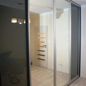 Drzwi przesuwne w szafie na wymiar, połączenie szkła lacobel i lustra srebrnego