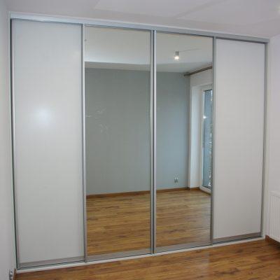 Drzwi przesuwne w szafie wnekowej, połączenie lustro srebrne i płyta laminowana