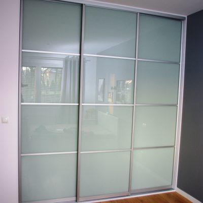 szafa wnekowa z drzwiami ze szkła lacobel, skrzydła dzielone na 4 części