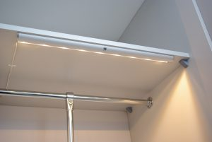 Oświetlenie w szafie suwanej