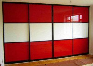 Szafa wnękowa z drzwiami suwanymi, obramowanie drzwi w kolorze czarnym, wypełnieni drzwi suwanych szkło lacobel