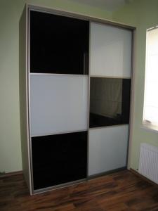 Szafa na wymiar z drzwiami suwanymi ze szkła lacobel w szachwnicę czarno białą