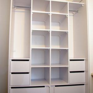 Wnetrze malej szafy na wymiar w sypialni z ośmioma szufladami