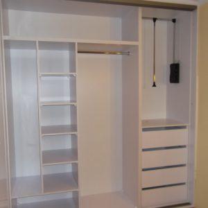 Ściągany drążek w szafie wnękowej