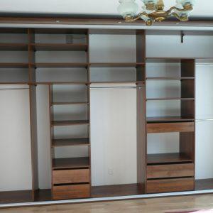 Bardzo proaktyczne wnętrze w szafie w sypialni, szafa podzielona w połowie na część męską i damską
