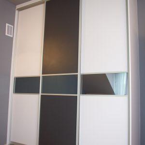 Szafa wnękowa z drzwiami suwanymi, drzwi suwane z płyty i szkła lacobel