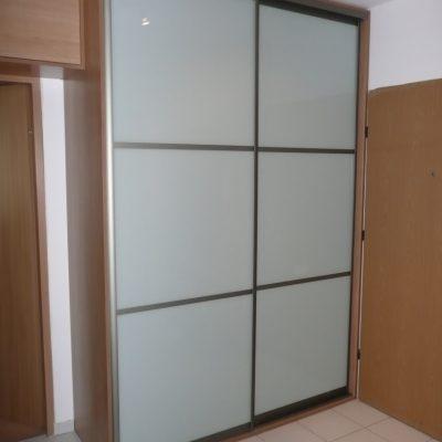 Szafa na wymiar z drzwiami suwanymi w przedpokoju, drzwi suwane dzielone 2 szprosami ze szkła lacobel
