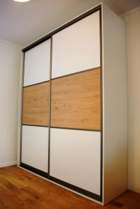 Szafa wolnostojąca z drzwiami suwanymi, obramowanie w kolorze satyna, połączenie płyty laminowanej