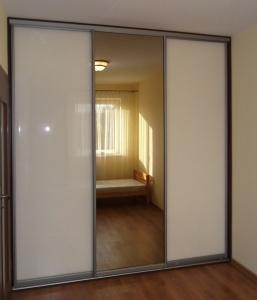 Szafa wnekowa w mieszkaniu na wynajem, na drzwiach połączenie szkła lacobel z lustrem srebrnym, obramowanie aluminiowe Bonari