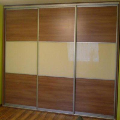 Szafa wnękowa w pokoju dziecka, na drzwiach połączenie szkła lacobel i płyty laminowanej
