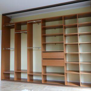 Szafa wnękowa z płytszym wnętrzem, drążki poprzeczne, półki i dwie szuflady