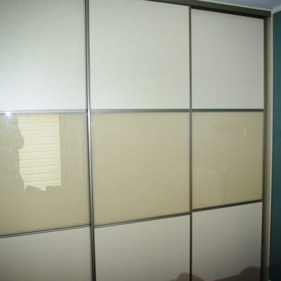 Szafa na wymiar w sypialni, drzwi suwane wykonane z połaczenia płyty laminowanej i szkła lacobel