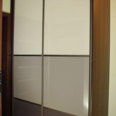 Szafa na wymiar z drzwiami suwanymi, obramowanie aluminiowe, drzwi suwane wykonane z połączenia 3 kolorów szkła lacobel