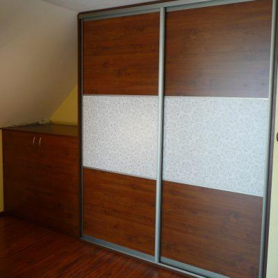 Szafa na zamówienie, drzwi suwane wykonane z obramowania aluminiowego firmy Laguna