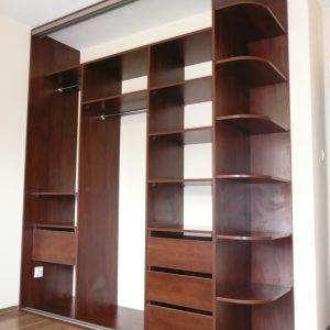 Szafa z drzwiami suwanymi z otwartymi półkami z boku