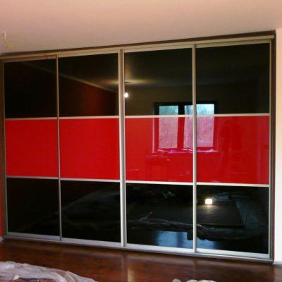 Szafa wnękowa w sypialni, drzwi suwane wykonane z obramowania aluminiowego, wypełnienie to połączenie szkła lacobel