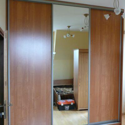 Szafa na wymiar z drzwiami suwanymi, szafa z cokołem, drzwi suwane to połączenie płyty laminowanej z lustrem srebrnym