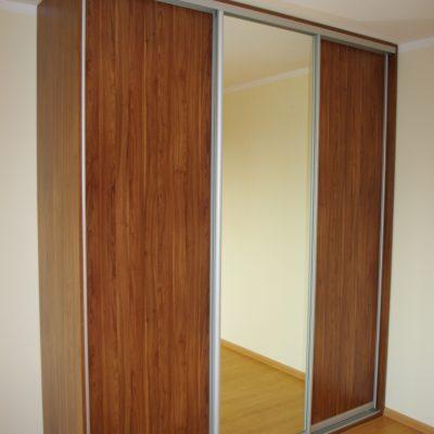 Szafa na wymiar z drzwiami suwanymi, drzwi wykonane z obramowania aluminiowego firmy Bonari, wypełnienie to połączenie płyty laminowanej z lustrem srebrnym