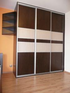Szafa na zamówienie z drzwiami suwanymi do sypialni z otwartymi półkami skośnymi, drzwi wykonane z obramowania aluminiowego firmy Laguna połączenie płyty laminowanej