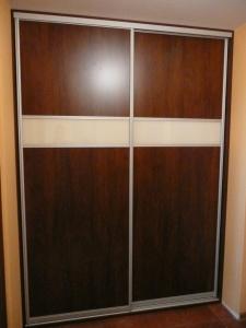 Szafa wnękowa z drzwiami suwanymi, drzwi wykonane z płyty laminowanej z dodatkiem szkła lacobel