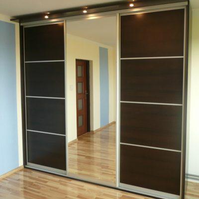 Szafa na wymiar z obnizonym sufitem, wolnostojąca, drzwi suwane z lustra srebrnego i płyty przedzielonej kilkoma szprosami