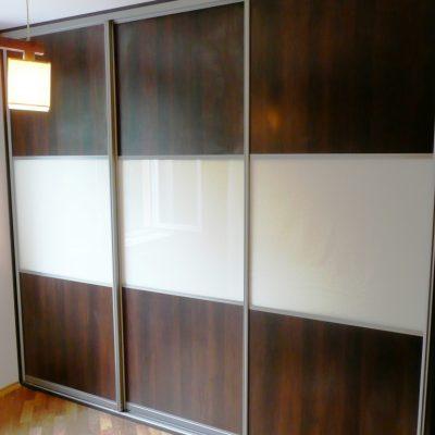 Szafa wnękowa na dokumenty, drzwi w okuciach aluminiowych firmy Bonari, połaczenie płyty i szkła lacobel