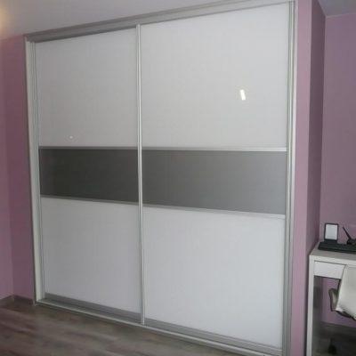 Szafa wnękowa z drzwiami suwanymi na dokumenty i ubrania, drzwi suwane wykonane ze szkła lacoebl, obramowanie aluminiowe firmy Bonari
