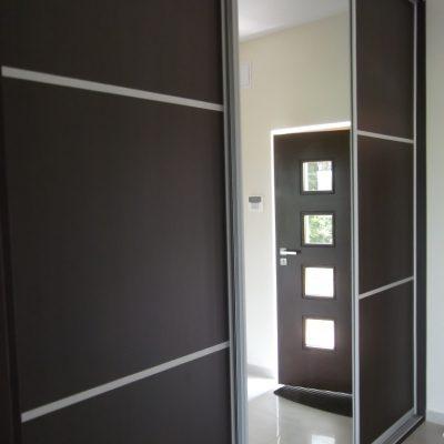 Szafa wnękowa w wiatrołapie, drzwi w obramowaniu aluminiowym połaczenie płyty laminowanej i lustra srebrnego