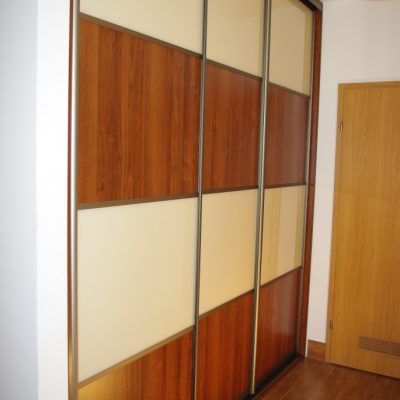 Szafa wnękowa w waskim przedpokoju, drzwi suwane w obramowaniu aluminiowym połaczenie płyty laminowanej i szkła lacobel