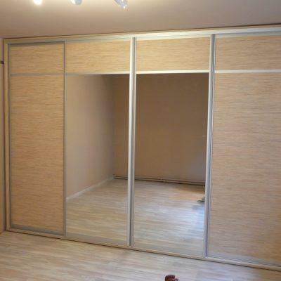 Szafa na wyamir z drzwiami suwanymi, drzwi w obramowaniu aluminiowym firmy Indeco, połaczenie płyty laminowanej i lustra srebrnego