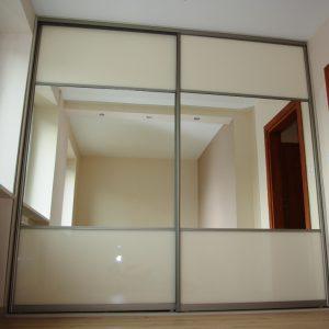 Szafa wnekowa w sypialni, skrzydla suwane w obramowaniu aluminiowym w kolorze satyna, połaczenie szkła lacobel i lustra srebrnego