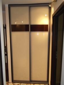 Szafa wnękowa w przedpokoju, drzwi w okuciach aluminiowych ze szkłem lacobel