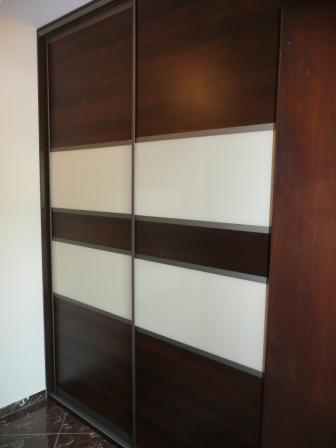 Szafa wnękowa w przedpokoju, drzwi w okuciach aluminiowych połaczenie płyty laminowanej i szkła lacobel