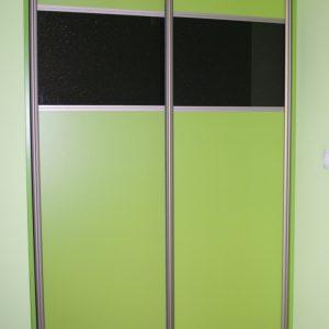 Szafa wnękowa z drzwiami suwanymi w obramowaniu aluminiowym, na drzwiach połączenie szkła lacobel gweiździsta czerń oraz płyta zielona limonka