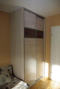 Szafa na wymiar w mieszkaniu na wynajem , drzwi wykonane z obramowania aluminiowego z wypełnieniem płyta laminowaną