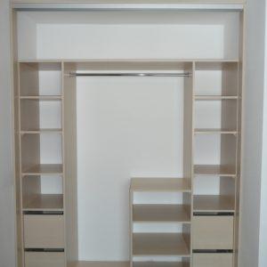 Szafa wnękowa z bardzo prostym układem wnętrza, 4 duże szuflady, kilka półek na ubrania i drażek na ubrania wiszące, do tego spory pawlacz