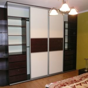 Szafa z drzwiami przesuwnymi w sypialni z drzwiami ze szkła lacobel z dodatkiem płyty laminowanej