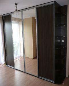 Szafa z drzwiami suwanymi w okuciach stalowych, drzwi suwane to połączenie płyty laminowanej i lustra srebrnego