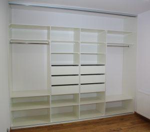 Wnętrze szafy wnękowej w sypialni z sześcioma szufladami