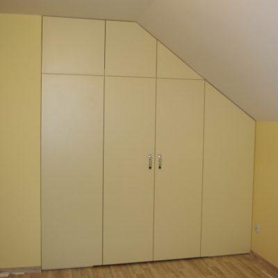 Garderoba schowana na skońśna zabudową z drzwi otwieranych tradycyjnie na boki