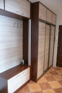 Szafa w przedpokoju z drzwiami suwanymi i zabudową pawlaczową