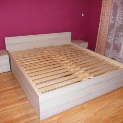 Łóżko na wymiar w całości wykonane z płyty laminowanej, szafki nocne wolnostojące otwierna na boki
