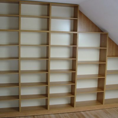 Zabudowa skosu otwartymi regałami na książki, konstrukcja w całości z płyty laminowanej, plecy z białego hdf 3mm