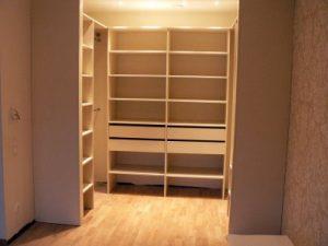 Otwarta garderoba przy sypialni, 4 szuflady, półki na ubrania, drążki na ubrania wiszące