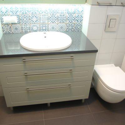 Meble łazienkowe na wymiar z blatem z konglomeratu, fronty z mdf lakierowanego z frezem