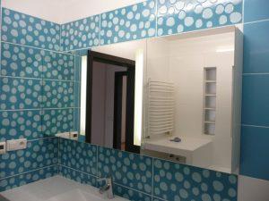 Szafka łazienkowa na wymiar, po środku lustro piaskowane, wewnątrz schowane dodatkowe oświetlenie