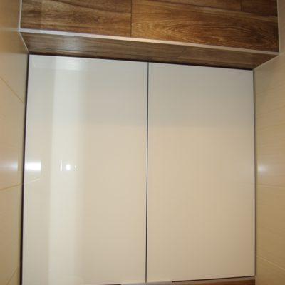 Szafka w toalecie, fronty ze szkła lacobel w ramce aluminiowej