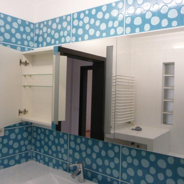 Szafka łazienkowa na wymiar, fronty z lustrem klejonym do płyty